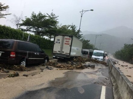 warning landslide on the way to Cam Ranh airport